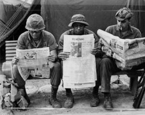 Soldados en Vietnam leyendo el periódico El Mundo